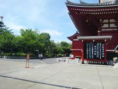 浅草寺の左奥の方に進みます