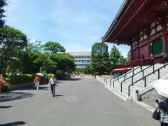 浅草寺を右側に向かって駐車場を進みます